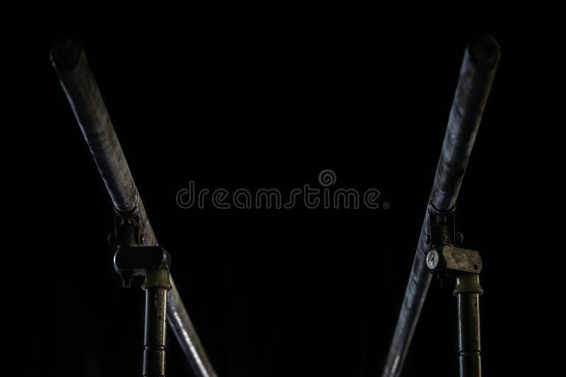 closeup Talcium pulver över gymnastisk barr bars gymnastisk parallel på svart bakgrund, royaltyfri fotografi