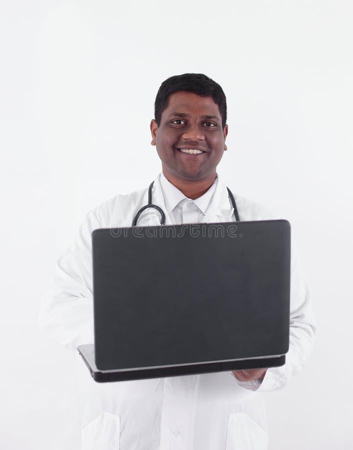 closeup terapeut som arbetar på bärbara datorn Isolerat på vit fotografering för bildbyråer