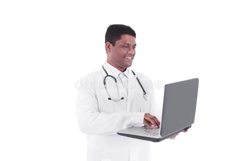 closeup terapeut som arbetar på bärbara datorn På white arkivfoto
