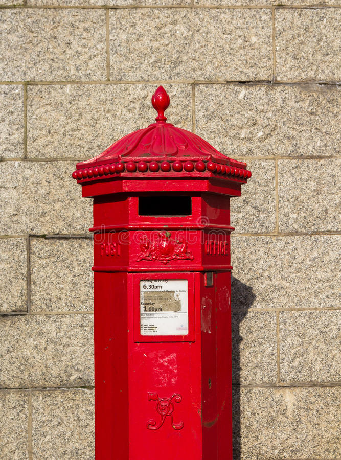 Closeup till Royal Mail en röd postbox arkivfoto