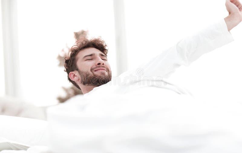 closeup trötta män sovande på sängen royaltyfria bilder