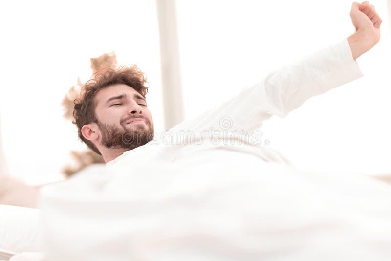 closeup trötta män sovande på sängen royaltyfri fotografi