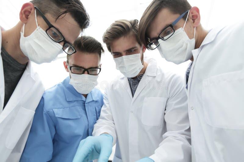 closeup um grupo de doutores na sala de operações fotos de stock