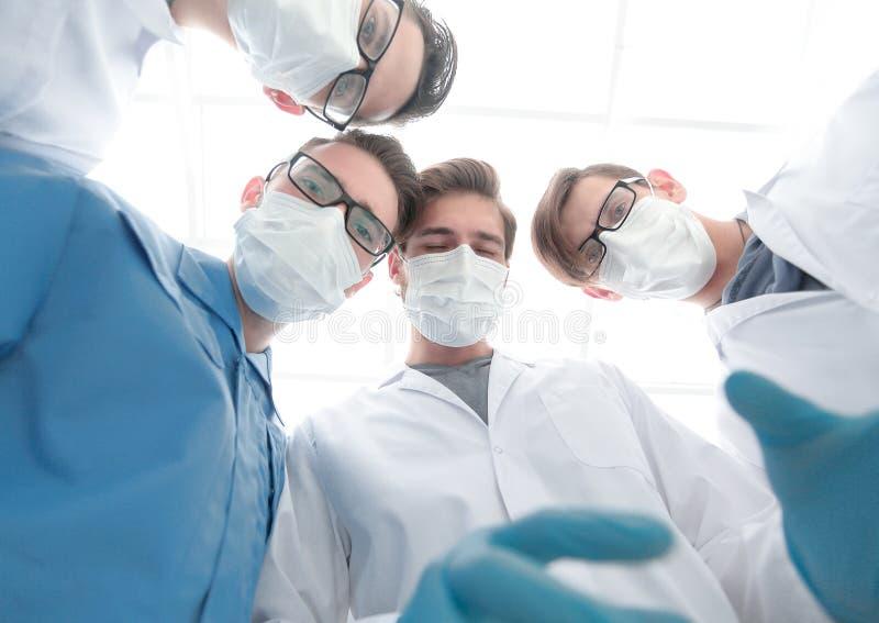 closeup un gruppo di chirurghi di medici fotografia stock libera da diritti