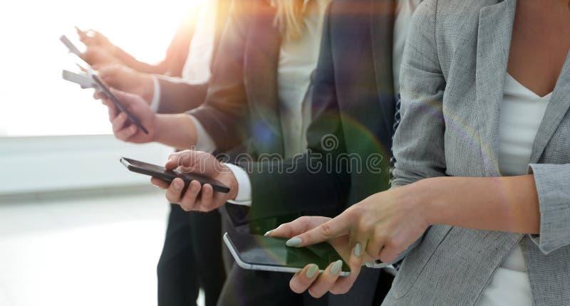 closeup un gruppo di impiegati con gli smartphones fotografia stock libera da diritti