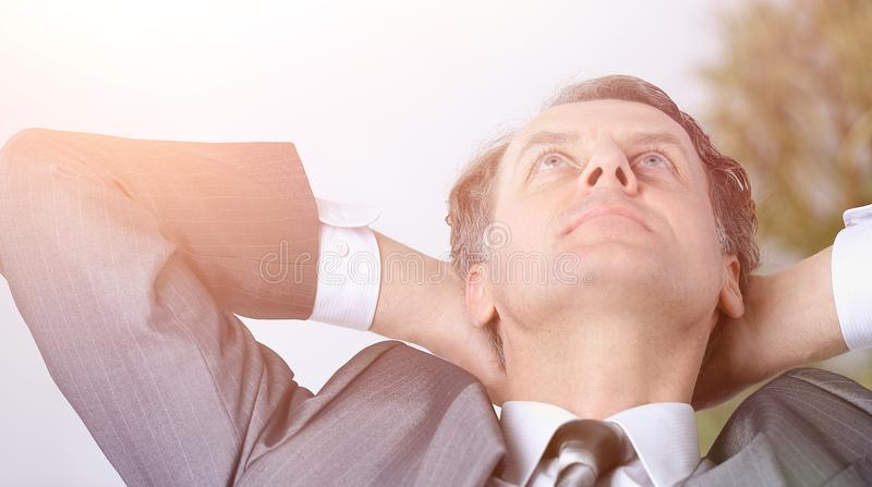 closeup un riuscito relaxarea dell'uomo d'affari che si siede dietro un DES immagini stock