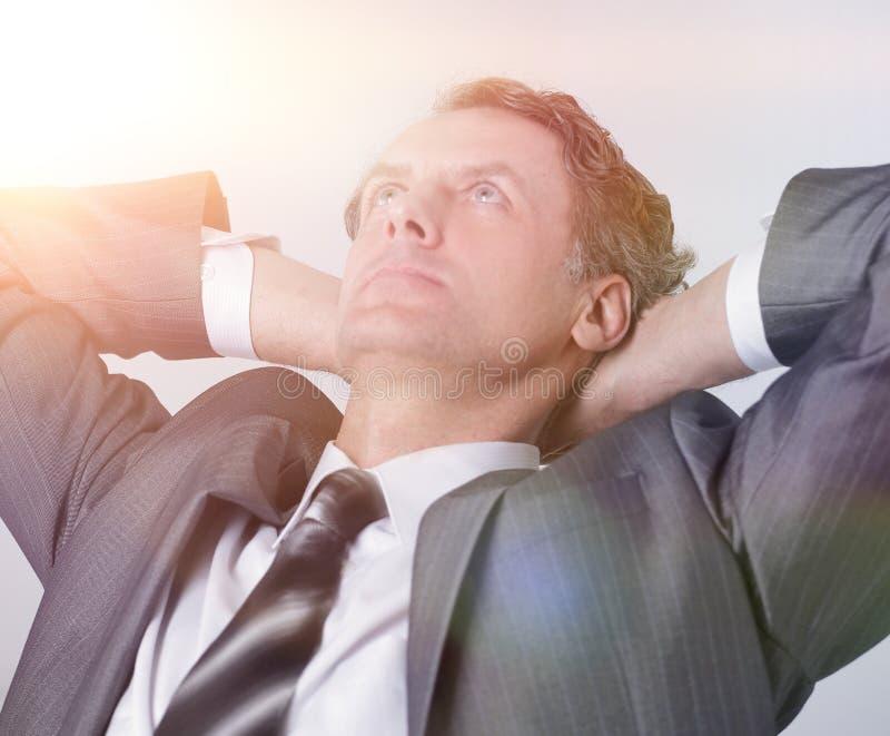 closeup un riuscito relaxarea dell'uomo d'affari che si siede dietro uno scrittorio immagini stock libere da diritti
