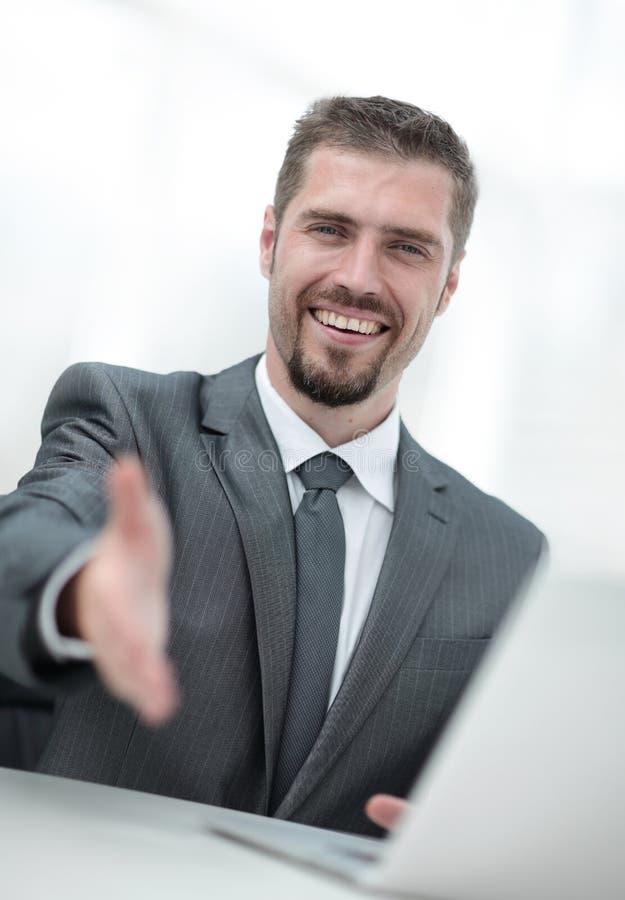 closeup un riuscito uomo d'affari estende la sua mano per una stretta di mano, fotografie stock libere da diritti