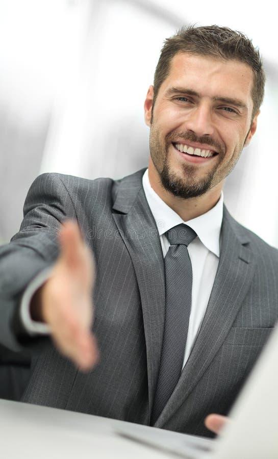 closeup un riuscito uomo d'affari estende la sua mano per una stretta di mano, fotografia stock