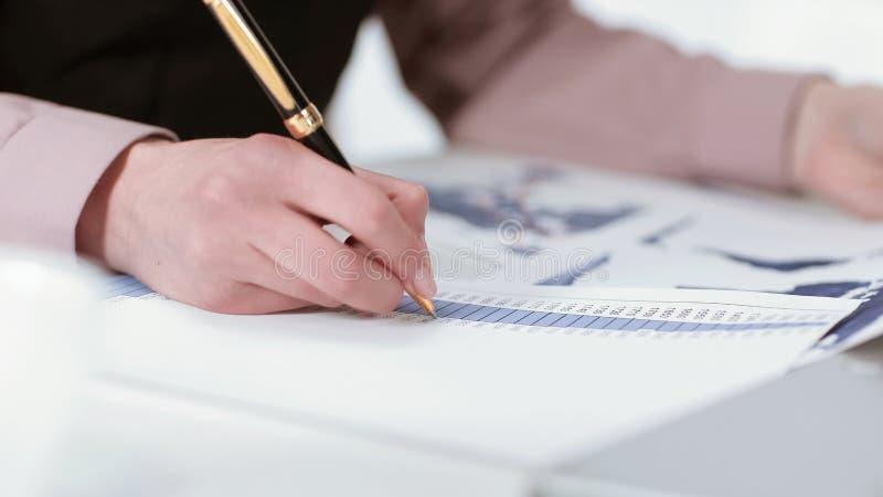 closeup ung affärskvinna som kontrollerar bokföringsunderlag arkivfoton