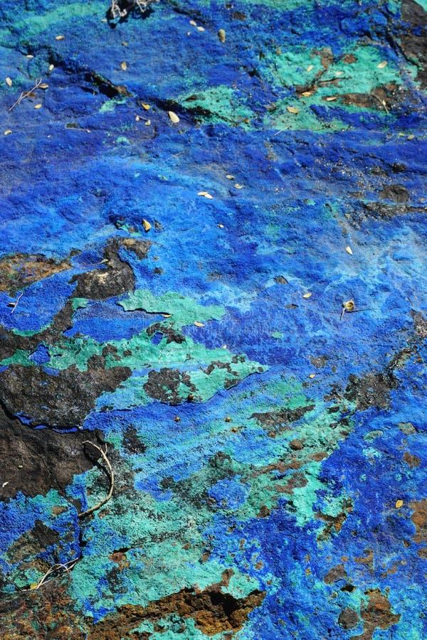 Closeup vertical de pierres semi-précieuses bleues et vertes non polies et colorées photos stock