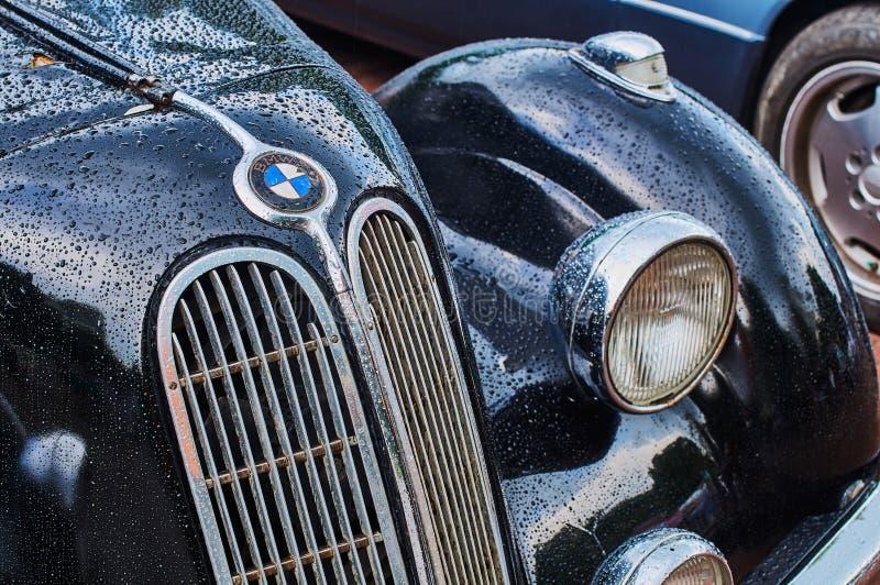 Крупным планом виден старинный шестицилиндровый спортивный седан BMW 335, выпущенный примерно в 1939-1941 годах в Германии с видимым мокрым капотом. Львов, Украина, 5 июня 2016: крупным планом стоковая фотография без роялти