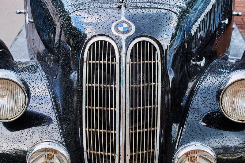 Крупным планом виден старинный шестицилиндровый спортивный седан BMW 335, выпущенный примерно в 1939-1941 годах в Германии с видимым мокрым капотом. Львов, Украина, 5 июня 2016: крупным планом роялти бесплатные стоковые фотографии