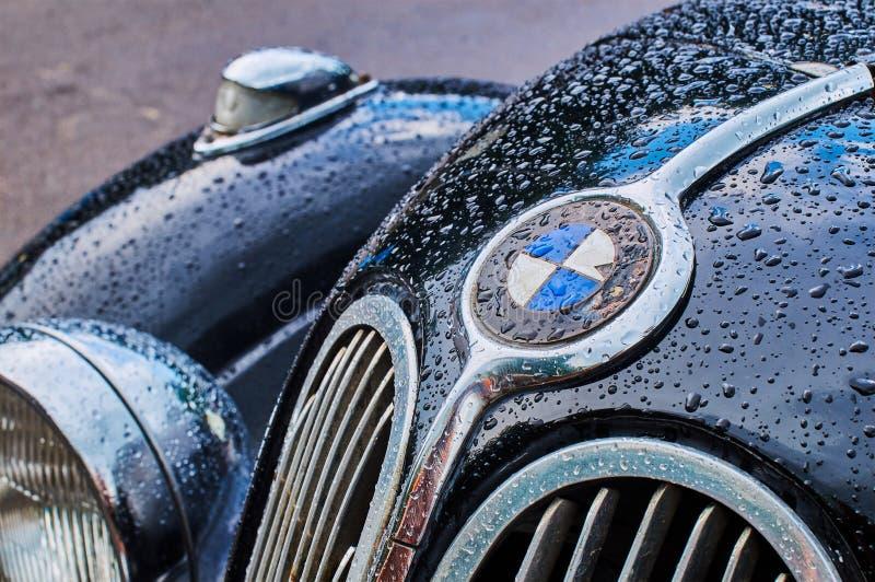 Крупным планом виден старинный шестицилиндровый спортивный седан BMW 335, выпущенный примерно в 1939-1941 годах в Германии с видимым мокрым капотом. Львов, Украина, 5 июня 2016 года: крупным планом стоковое фото