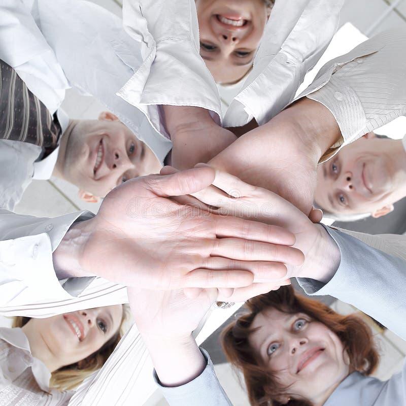 closeup Vista inferior Equipe bem sucedida do negócio No branco imagens de stock royalty free