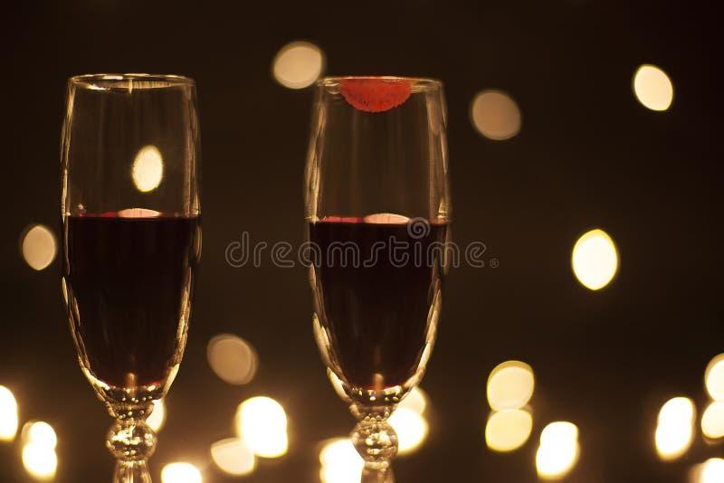 Closeupbägare med rött vin trycker på läppstift på exponeringsglaset royaltyfri fotografi