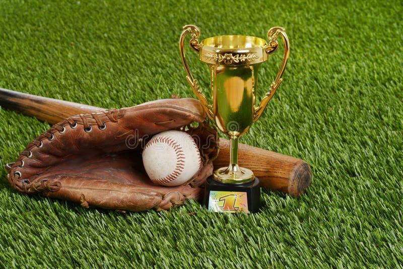 Closeupbaseballtrofé med den slagträbollen och handsken arkivbilder