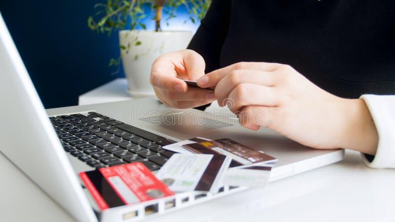 Closeupbild av affärskvinnan som använder olika kreditkortar för att betala direktanslutet royaltyfri fotografi