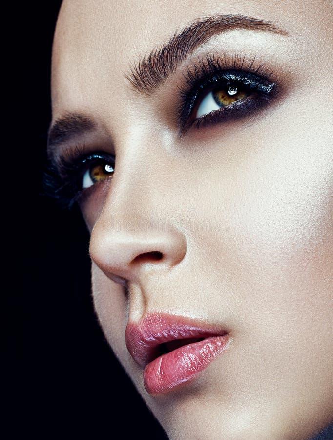 Closeupbild av ett öga för kvinna` s med långa snärtar royaltyfri bild