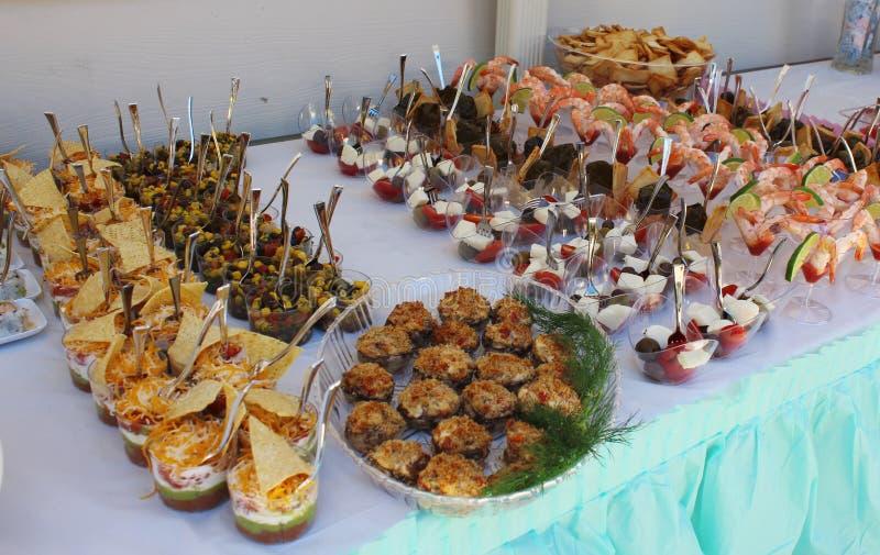 Closeupbild av gourmet- mellanmål på partiet royaltyfria bilder