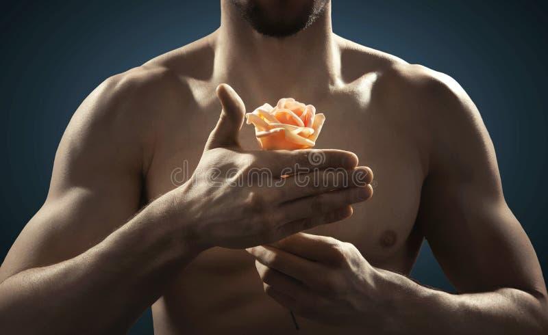 Closeupbild av idrottsman nen som rymmer en blomma arkivfoton