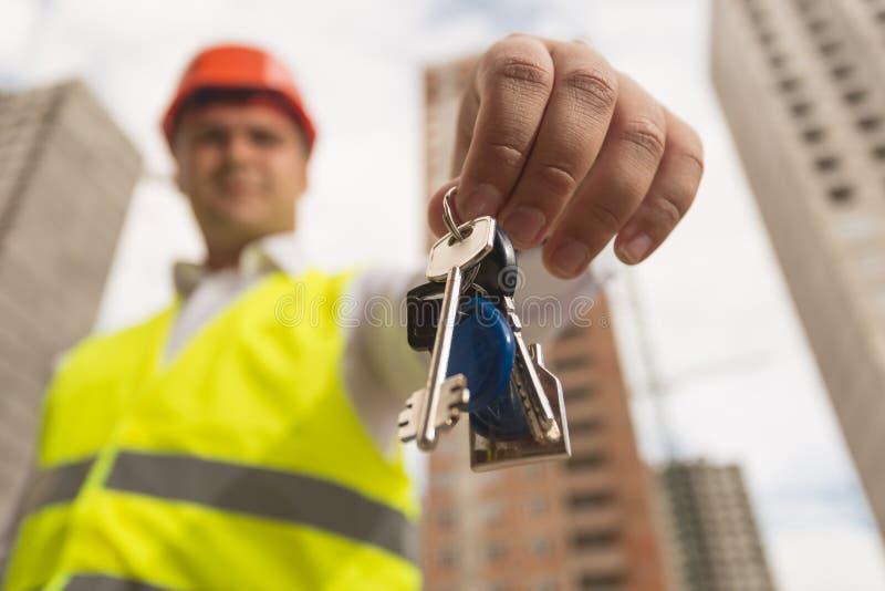 Closeupbild av manliga tangenter för visning för konstruktionstekniker från nytt hem in camera arkivfoton