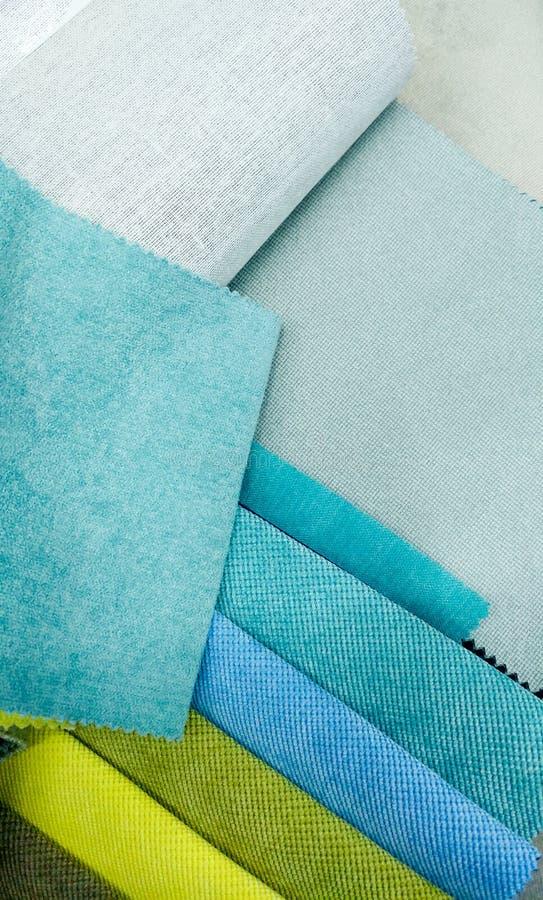 Closeupbild av sortimentet av tygprövkopior för mjukt möblemang Blåa och gröna stycken av material abstrakt closeup royaltyfri bild