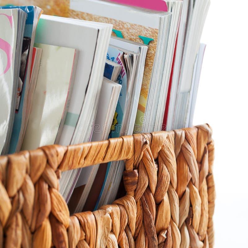 Closeupbild av tidskrifter i en ask arkivfoto
