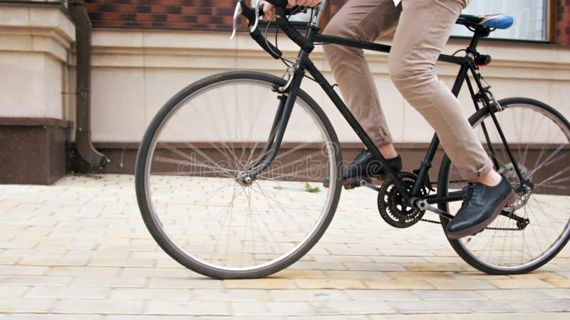 Closeupbilden av den roterande retro cykeln för manlig fot trampar royaltyfri bild