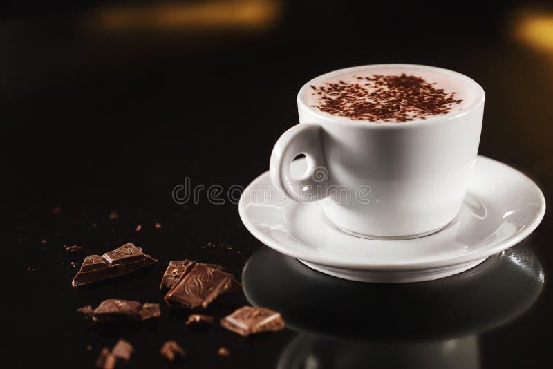 Closeupbilden av den vita koppen som är full av kakao med, mjölkar arkivfoton