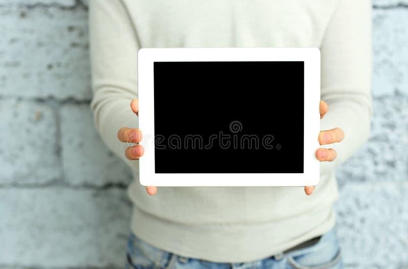 Closeupbilden av mannen räcker visningskärm av minnestavladatoren royaltyfria foton