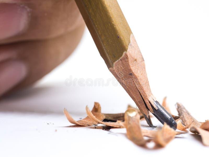Closeupblyertspenna med en bruten spets på vit bakgrund royaltyfria bilder
