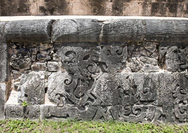 Closeupbotten av den västra väggen av den stora bolldomstolen, Chichen Itza arkivfoto