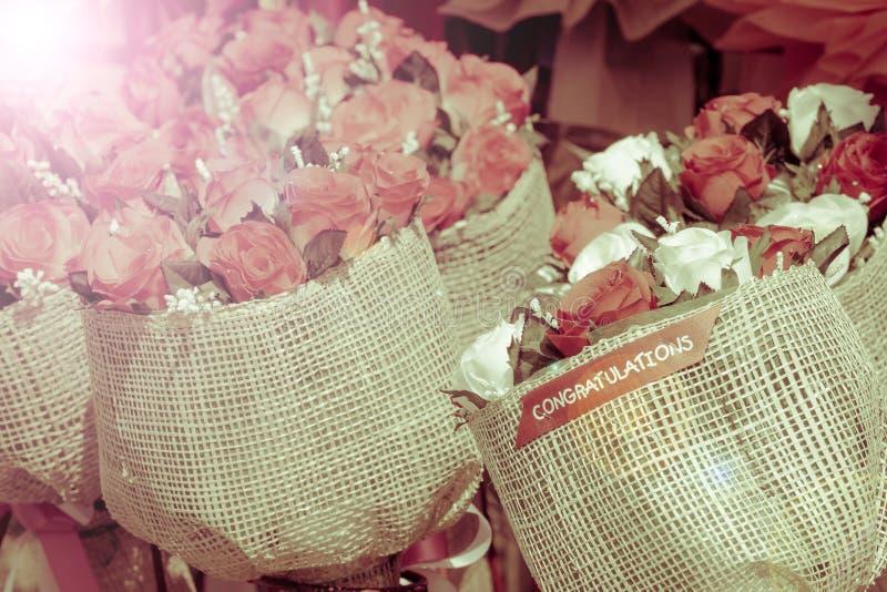 Closeupbukett av den färgrika konstgjorda blomman med ordet CONGRATU royaltyfria bilder