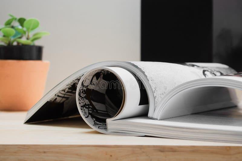 Closeupbunt av färgrika tidskrifter fotografering för bildbyråer