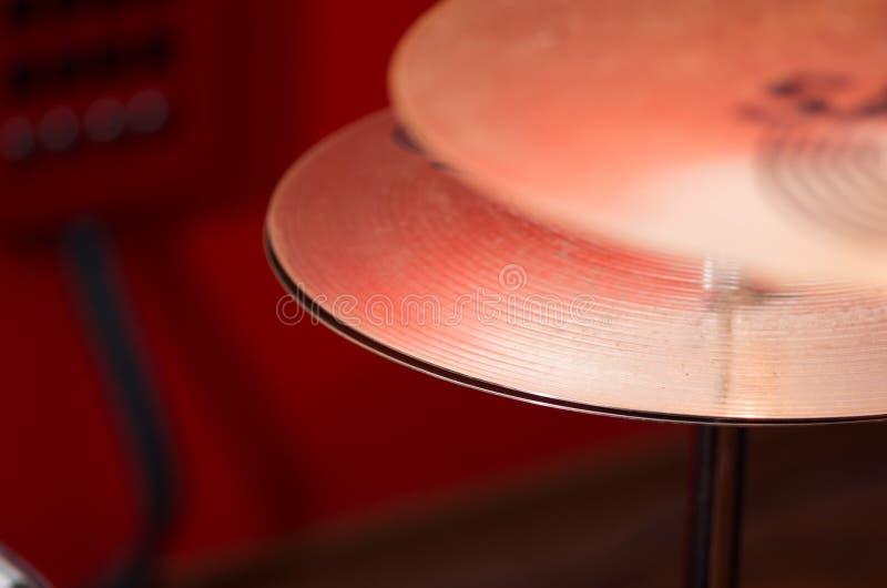 Closeupcymbal med synlig oskarp bakgrund för drumkit delvis, studioutrustningbegrepp fotografering för bildbyråer