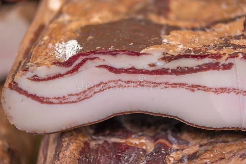 Closeupdetalj av snitt rökt bacon arkivfoto