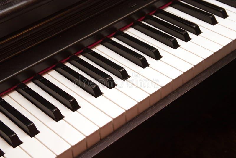 closeupelkraften keys pianot royaltyfri bild