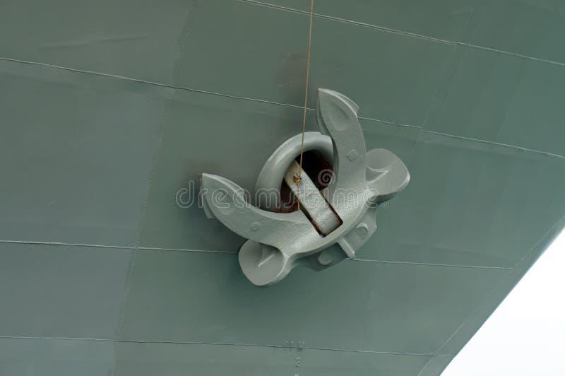Closeupen av ankaret på ett grått skepp fotografering för bildbyråer