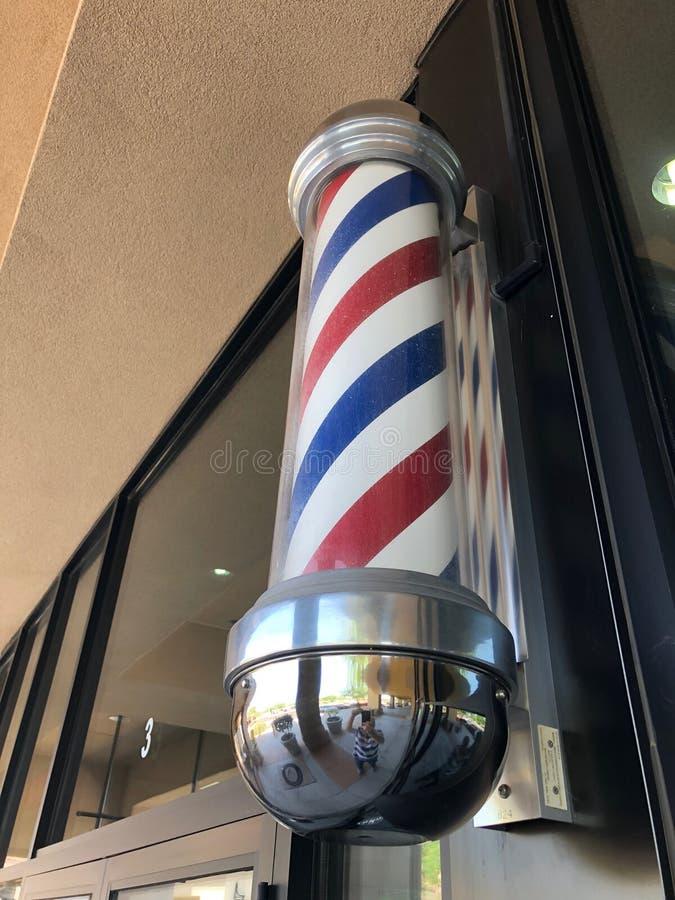 Closeupen av barberaren shoppar tecknet på en byggnad arkivfoton