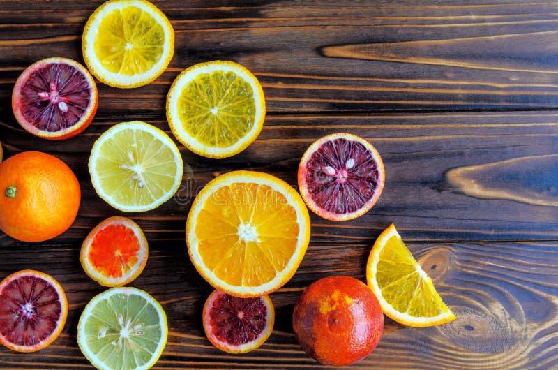 Closeupen av blodiga apelsiner för rött Sicilian blod - klipp och skivade, moget och smakligt med kopieringsutrymme för din text arkivbilder