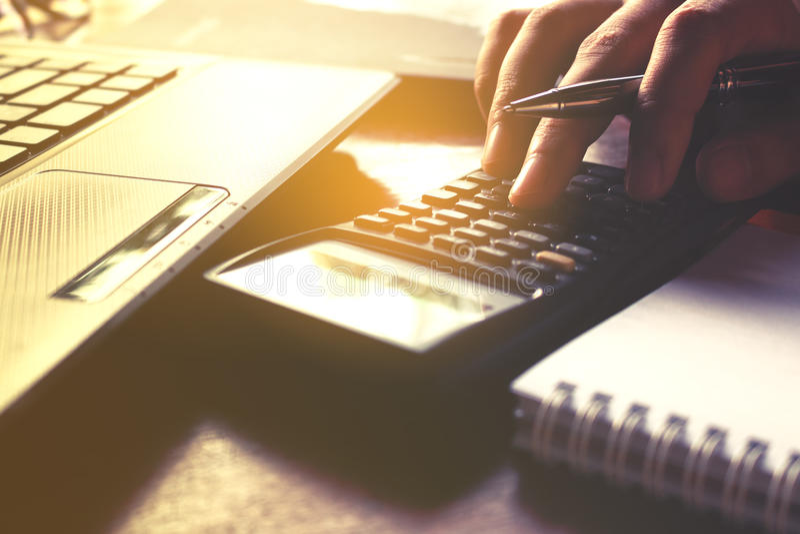 Closeupen av den kvinnliga användande räknemaskinen för handen och beräknar om kostnad fotografering för bildbyråer