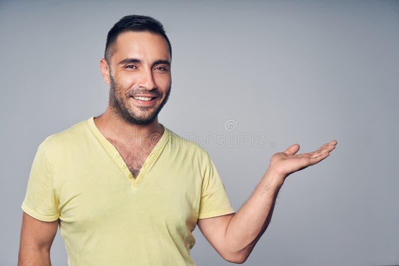 Closeupen av den latinamerikanska mannen som rymmer tomt kopieringsutrymme för text, eller produkten på hans gömma i handflata royaltyfri bild