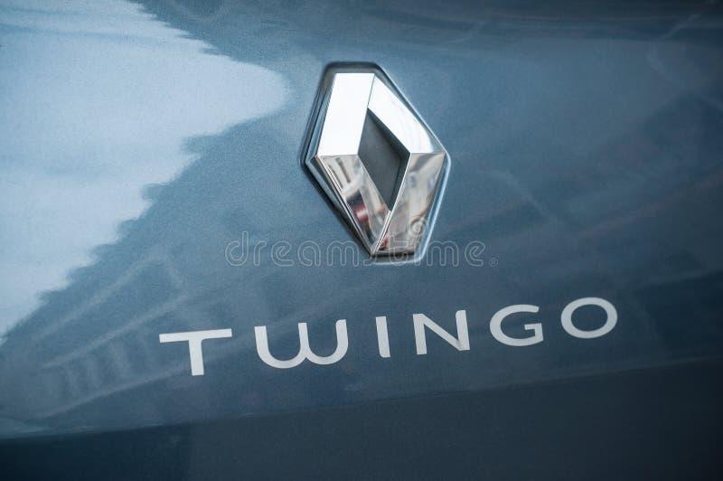 Closeupen av den Renault Twingo logoen på blått fostrar bilen som parkeras i gatan royaltyfria foton