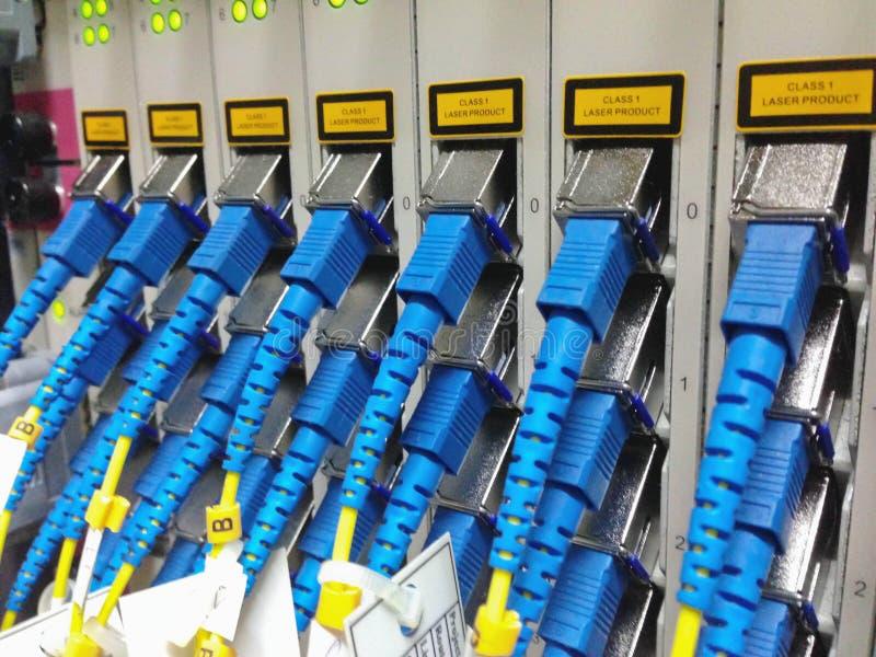 Closeupen av det optiska nätverket för fiber kablar lapppanelen arkivfoto