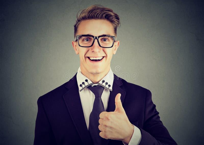 Closeupen av en lycklig man som ger tummar gör en gest upp royaltyfri fotografi