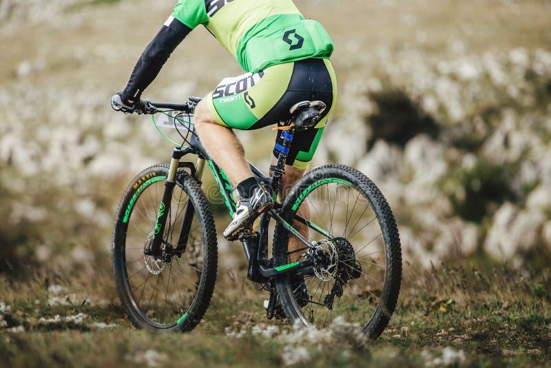 Closeupen av ett manligt ryttare- och sportberg cyklar royaltyfria bilder
