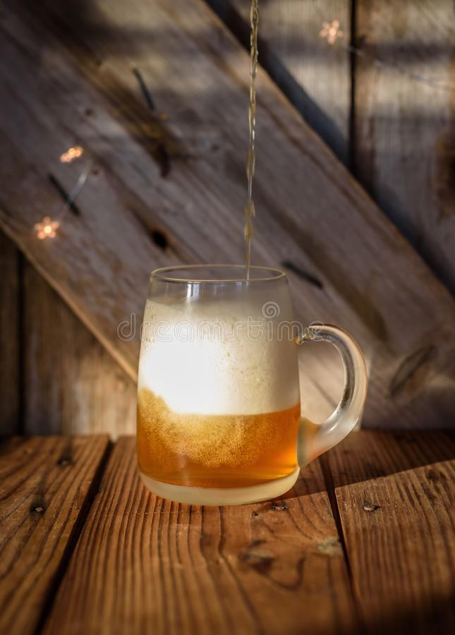Closeupen av ett stort glass öl rånar royaltyfria foton