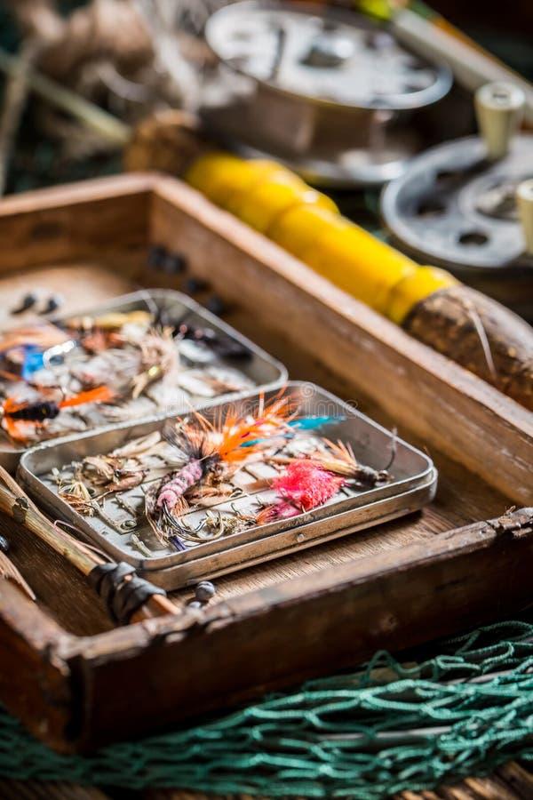 Closeupen av fångstredskapet med fiske flyger och stänger royaltyfri bild