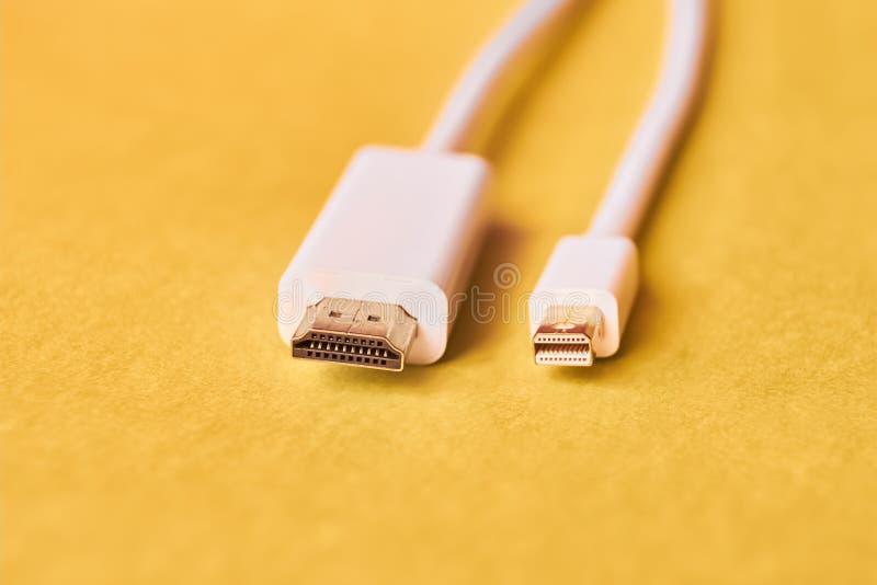 Closeupen av HDMI och mini- skärm port kablar arkivfoton